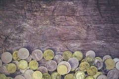 Monedas en la madera imagen de archivo