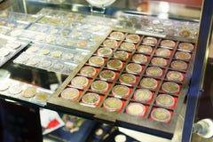 Monedas en la tienda de la numismática Imágenes de archivo libres de regalías