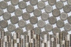 Monedas en pequeño dinero más bajo de la decoración de las filas Imagenes de archivo