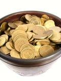 Monedas en tazón de fuente antiguo Imagen de archivo libre de regalías