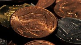 Monedas en un cuarto oscuro Cierre para arriba almacen de metraje de vídeo