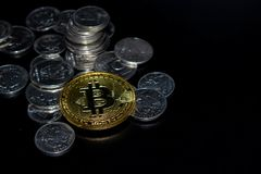 Monedas en un fondo negro imagen de archivo
