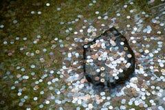 Monedas en un pozo que desea Fotos de archivo