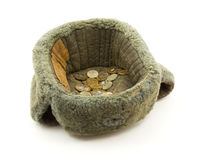 Monedas en un sombrero viejo imagen de archivo