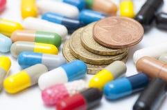 Monedas entre las diversas drogas y x28; cápsulas y pills& x29; Fotos de archivo libres de regalías