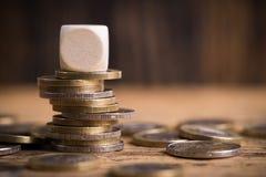 Monedas euro apiladas con el cubo vacío Imagen de archivo libre de regalías