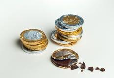 Monedas euro apiladas del chocolate, concepto de la inversión Imágenes de archivo libres de regalías