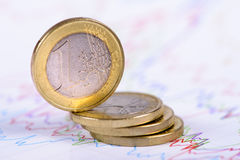 Monedas euro apiladas en carta Imagenes de archivo