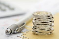 Monedas euro apiladas en la hoja de la tabla Imagenes de archivo