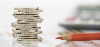 Monedas euro apiladas en la hoja de la tabla Imagen de archivo