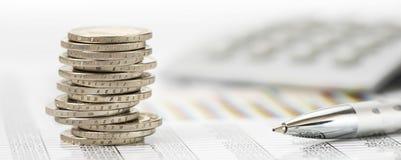 Monedas euro apiladas en la hoja de la tabla Fotografía de archivo