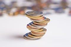 Monedas euro apiladas en uno a en diversas posiciones