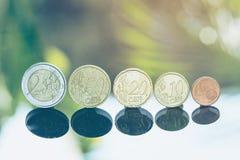 Monedas euro apiladas en uno a en diversas posiciones para el concepto de la inversión financiera foto de archivo libre de regalías