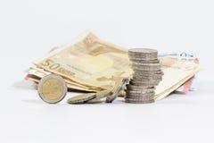2 monedas euro apiladas y billetes de banco euro Imágenes de archivo libres de regalías