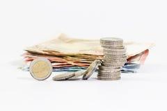 2 monedas euro apiladas y billetes de banco euro Imagen de archivo