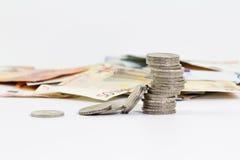 2 monedas euro apiladas y billetes de banco euro Fotos de archivo libres de regalías