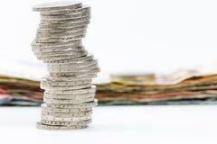 2 monedas euro apiladas y billetes de banco euro Foto de archivo