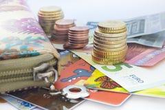 Monedas euro, billetes de banco euro y cartera Foto de archivo libre de regalías