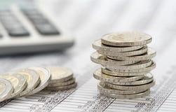 Monedas euro con la calculadora y la carta Imagen de archivo libre de regalías