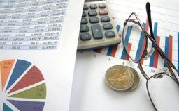 Monedas euro con la carta de barra y el gráfico de sectores Fotos de archivo