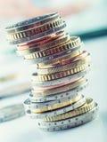 Monedas euro Dinero euro Dinero en circulación euro Monedas apiladas en uno a en diversas posiciones Imagen de archivo libre de regalías