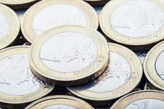 Monedas euro Dinero euro Dinero en circulación euro Monedas apiladas en uno a en diversas posiciones Foto de archivo