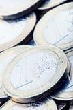 Monedas euro Dinero euro Dinero en circulación euro Monedas apiladas en uno a en diversas posiciones Foto de archivo libre de regalías