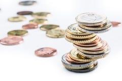 Monedas euro Dinero euro Dinero en circulación euro Monedas apiladas en uno a en diversas posiciones Imágenes de archivo libres de regalías