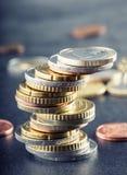 Monedas euro Dinero euro Dinero en circulación euro Monedas apiladas en uno a en diversas posiciones Fotos de archivo libres de regalías