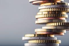 Monedas euro Dinero euro Dinero en circulación euro Monedas apiladas en uno a en diversas posiciones Fotos de archivo