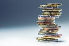 Monedas euro Dinero euro Dinero en circulación euro Monedas apiladas en uno a en diversas posiciones Imagenes de archivo