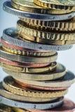 Monedas euro Dinero euro Dinero en circulación euro Monedas apiladas en uno a en diversas posiciones Imagen de archivo