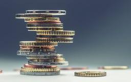 Monedas euro Dinero euro Dinero en circulación euro Monedas apiladas en uno a en diversas posiciones Concepto del dinero Foto de archivo libre de regalías