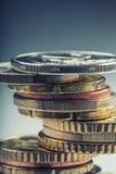 Monedas euro Dinero euro Dinero en circulación euro Monedas apiladas en uno a en diversas posiciones Concepto del dinero Imagen de archivo libre de regalías