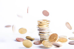 Monedas euro Dinero euro en un fondo blanco En cientos billetes de banco Porciones de monedas en la otra posición Fotografía de archivo