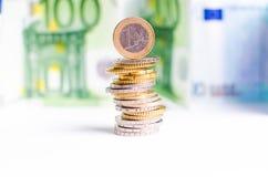 Monedas euro Dinero euro en un fondo blanco Y billete de banco en un fondo blanco Foto de archivo libre de regalías