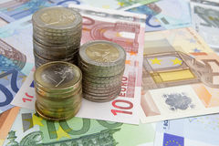 Monedas euro en billetes de banco Imágenes de archivo libres de regalías