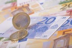 Monedas euro en billetes de banco Imagen de archivo libre de regalías