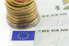 Monedas euro en billetes de banco euro Imágenes de archivo libres de regalías