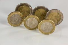 Monedas euro en el fondo blanco con reflexiones imagen de archivo libre de regalías