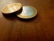 Monedas euro en fondo de madera Fotografía de archivo libre de regalías