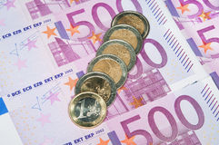 Monedas euro en fondo del billete de banco Imagen de archivo libre de regalías