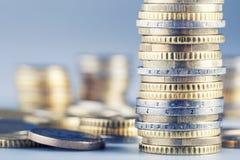 Monedas euro en la pila de otras monedas en fondo Foto de archivo