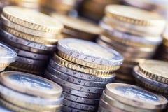 Monedas euro en la pila de otras monedas en fondo Fotos de archivo libres de regalías