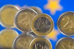 Monedas euro en un fondo azul foto de archivo