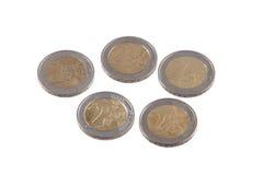 Monedas euro en un fondo blanco llano Foto de archivo