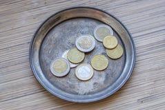 Monedas euro en una placa de plata Fotos de archivo libres de regalías