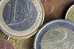 Monedas euro encima de uno a Fotografía de archivo
