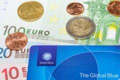 Monedas euro europeas del centavo de los billetes de banco y tarjeta azul global Imagenes de archivo