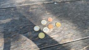 Monedas euro sobre el fondo de madera Imágenes de archivo libres de regalías